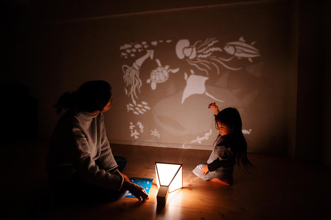 """壁や天井にかわいい影絵を映し出す!親子で""""灯り""""を楽しむ【かげえ ..."""